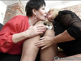 Hot grandma gets pussy licked in hot double sided threesome babe fingering lesbian video